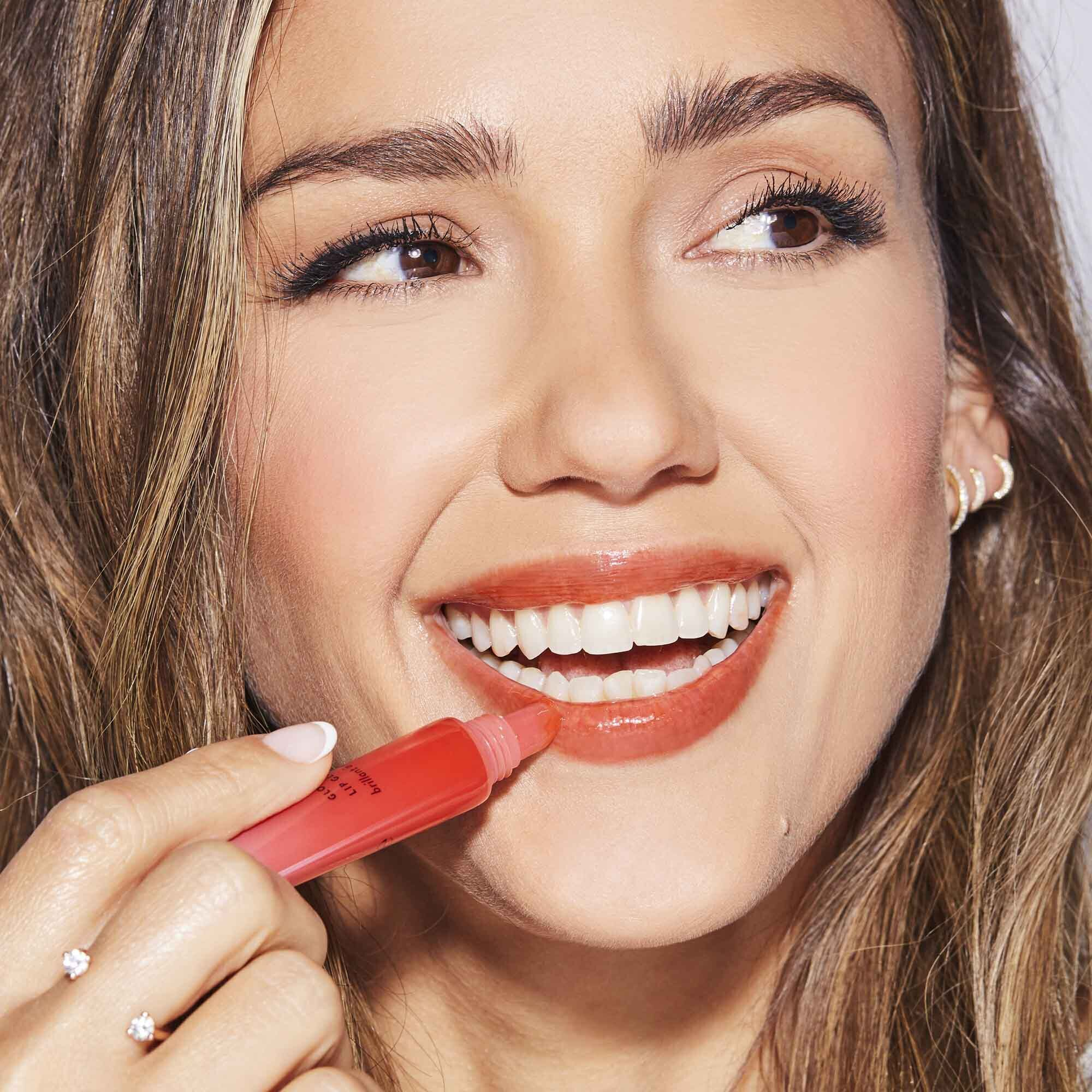 Jessica Alba using lip gloss